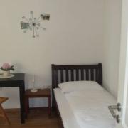 Einzelbett im Elternschlafzimmer